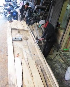 藝術原木招牌及木構家具是老闆張阿棟和舊城木工李啟仁合作完成。